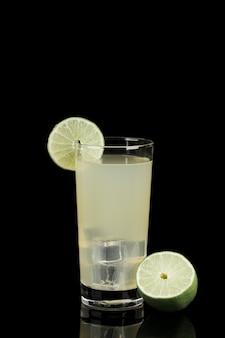 Surtido con vaso de limonada en la oscuridad