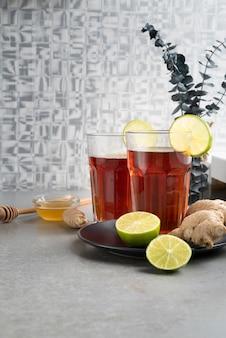 Surtido con vasos de té y lima.