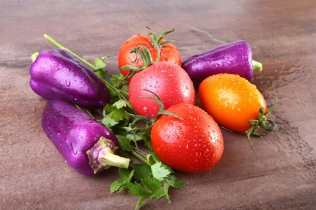 Surtido de vegetales con pimientos y tomates de color púrpura exótico.