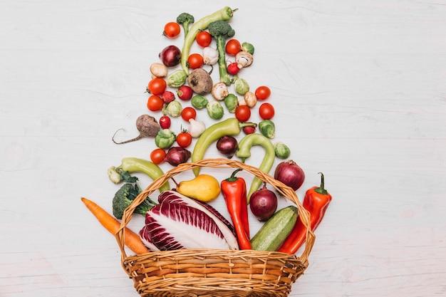 Surtido de verduras en la cesta