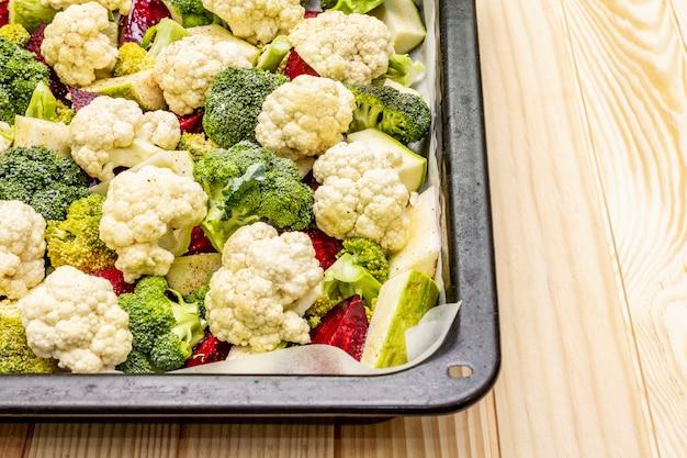Surtido de verduras frescas en una bandeja para hornear. coliflor, brócoli, remolacha, calabacín