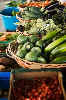 Surtido de verduras frescas de granja en puesto de mercado