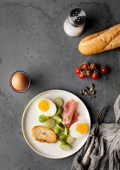 Surtido de verduras y huevo para el desayuno.