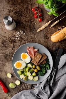 Surtido de verduras y huevo en el plato.