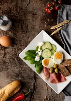 Surtido de verduras y huevo
