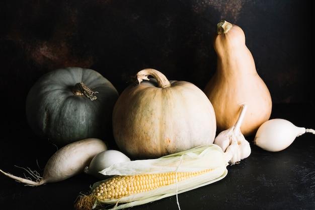 Surtido de verduras de otoño con calabaza y maíz