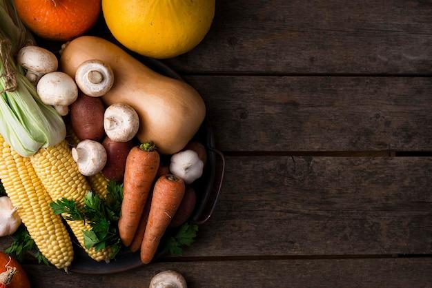Surtido de verduras de otoño con espacio de copia