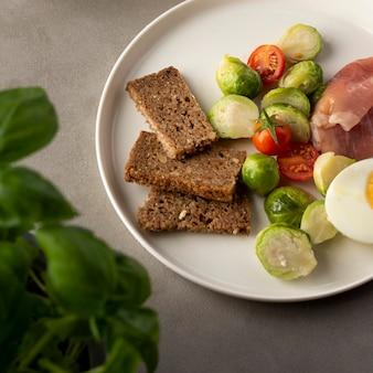 Surtido de verduras y rebanadas de pan con huevo
