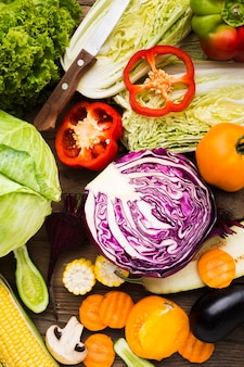 Surtido de verduras sobre fondo de madera