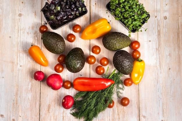 Surtido de verduras sobre una mesa de madera