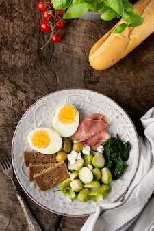 Surtido de verduras y vista superior de huevo.