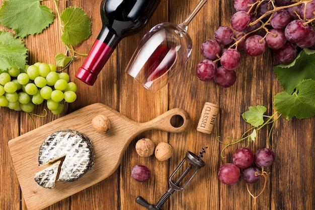 Surtido de vino tinto y comida.