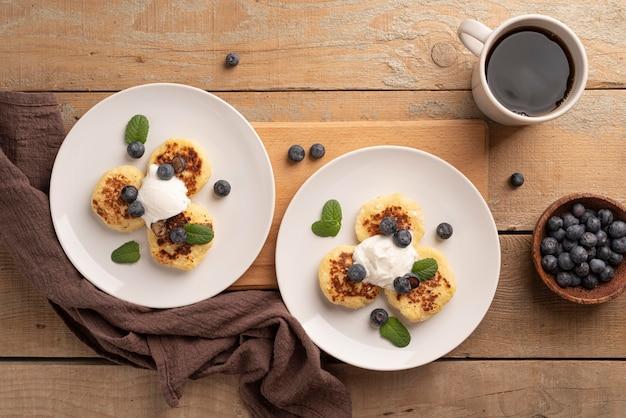Surtido de vista superior de golosinas para el desayuno