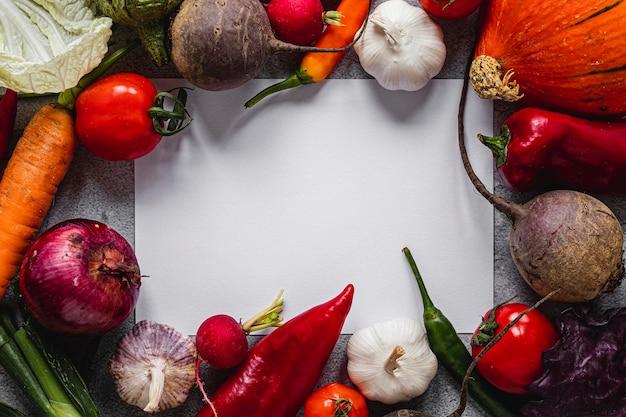 Surtido de vista superior de verduras copia espacio en papel en blanco