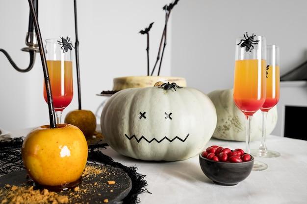 Surtidos de golosinas y decoraciones para halloween