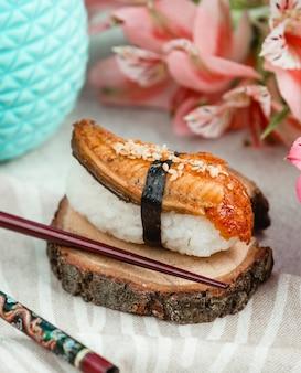 Sushi abierto con pescado y arroz.