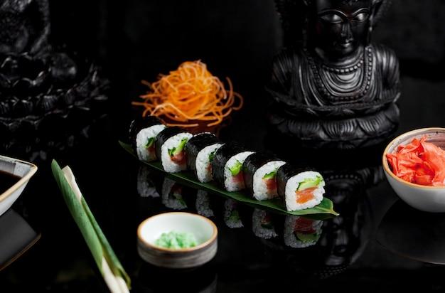 Sushi con aguacate salmón y jengibre
