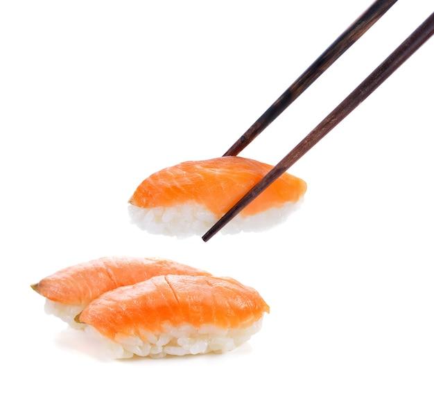 Sushi aislado en blanco