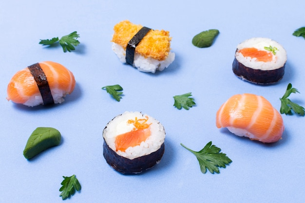 Sushi de alto ángulo en la mesa