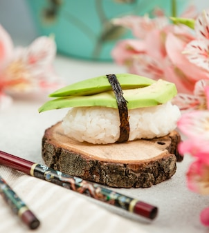 Sushi de arroz con aguacate