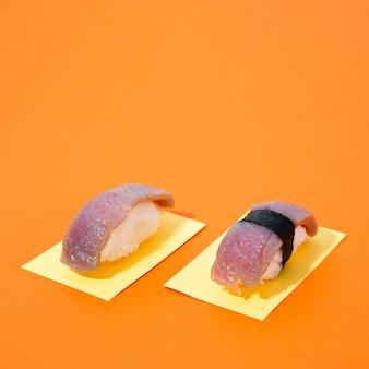 Sushi de atún sobre fondo naranja