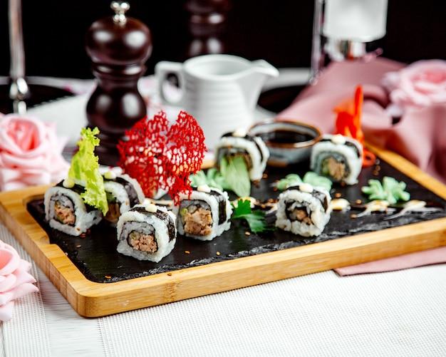 Sushi blanco negro sobre la mesa