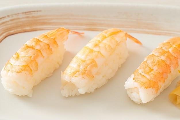 Sushi de camarones o sushi ebi nigiri - estilo de comida japonesa