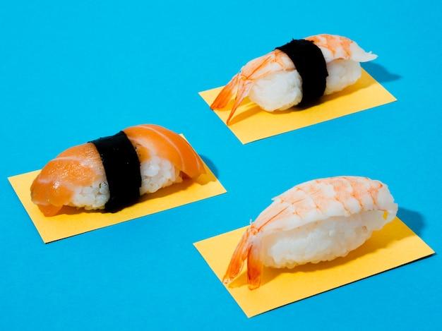 Sushi de camarones y salmón sobre un fondo azul