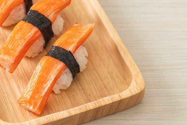 Sushi de cangrejo en placa de madera - estilo de comida japonesa