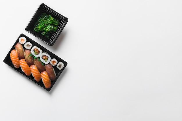 Sushi cerca de ensalada de algas marinas