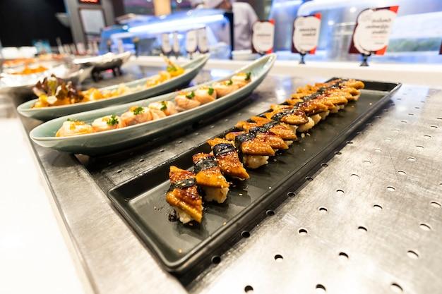 Sushi colocado en la bandeja, restaurantes japoneses.