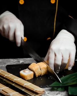 Sushi con color dorado sobre la mesa