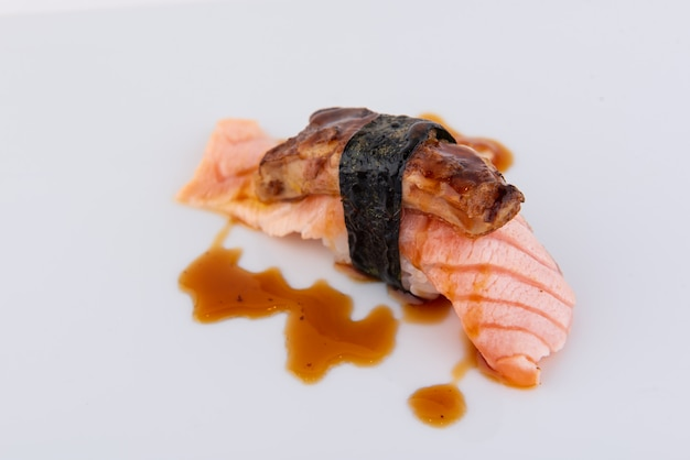 Sushi, la comida nacional de japón hecha de materias primas de buena calidad.