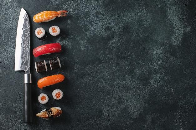 Sushi diferente con cuchillo japonés.