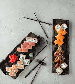 Sushi establece la vista superior sobre la mesa