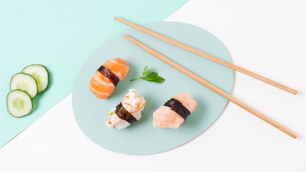 Sushi fresco de alto ángulo en placa
