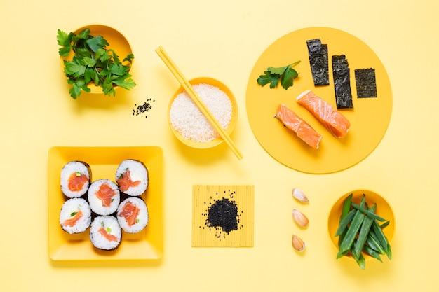 Sushi fresco en plato con salsa