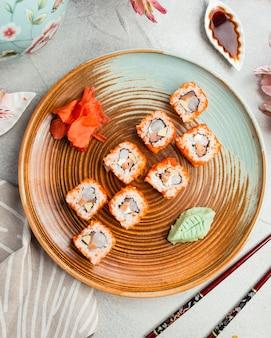 Sushi frito en un plato redondo