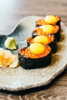 Sushi con huevos de salmón