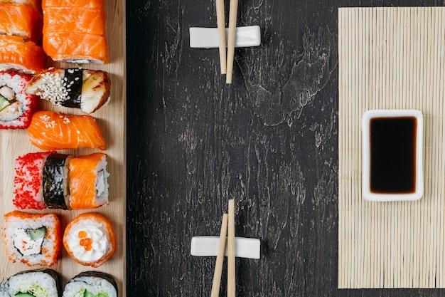 Sushi japonés tradicional endecha plana con espacio de copia