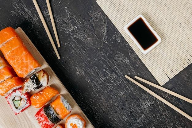 Sushi japonés tradicional con espacio de copia