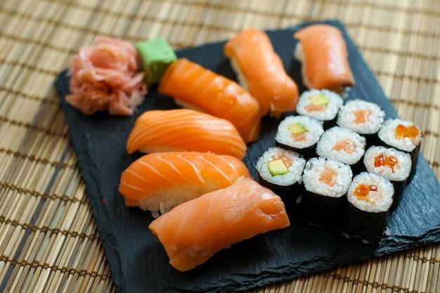 Sushi en una mesa de restaurante