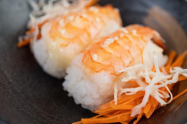El sushi está muy bien organizado en el plato.