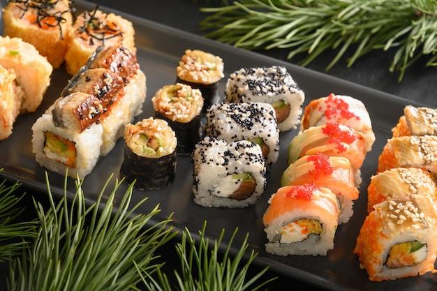 Sushi de navidad con decoración navideña. de cerca. fiesta de navidad o año nuevo.