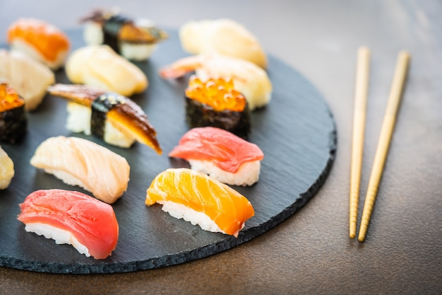Sushi nigiri con salmón, atún, camarones, gambas, anguila, cáscara y otros sashimi