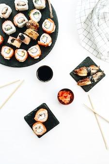 Sushi y nigiri en superficie blanca