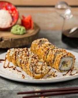 Sushi de pescado frito en la mesa