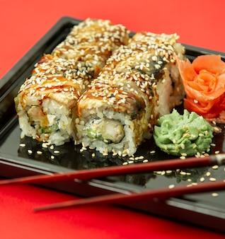 Sushi de pescado con sésamo, jengibre y wasaby
