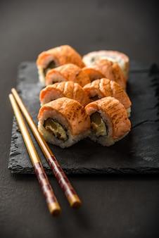 Sushi en una piedra