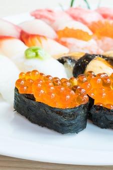 Sushi en plato blanco